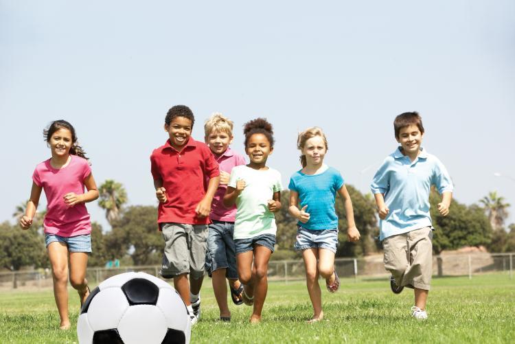 Bambini che inseguono pallone