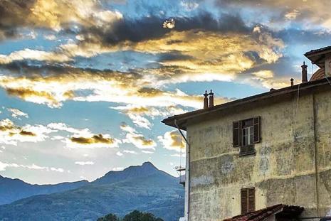Il cielo e le montagne biellesi viste dal Piazzo. Autore: Luca Murta