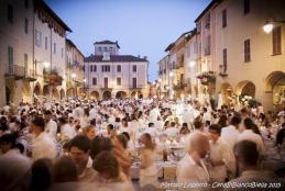La Cena in bianco del 2015 in piazza Cisterna (Foto: Facebook/Cena in bianco Biella - Alessandro Crea)