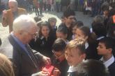Gli allievi di quarta elementare della De Amicis con il partigiano Efrem Galliera